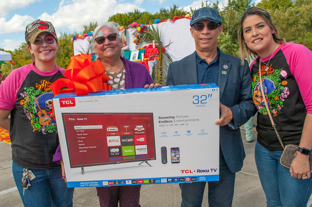 Winner of the Smart TV drawing, Eva Arellano Vazquez